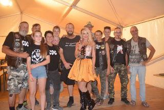 Hannah mit einigen Rocker-Fans beim Meet & Greet