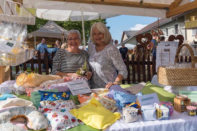 Christine Höllhuemer aus St. Martin und ihre Schwester Elfriede Theisl (Stmk.) bieten als Kräuterpädagoginnen nur selbst gemachte Produkte an.