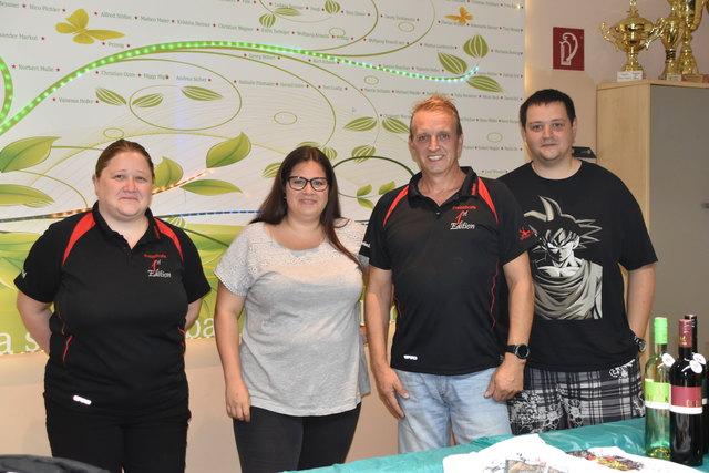 Waren begeistert vom enormen Andrang beim Benefiz Darttunier: Daniela, Iris, Helmut und Roman