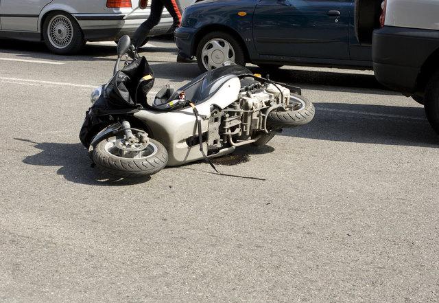Der Mofalenker wurde über den Pkw geschleudert und blieb schwer verletzt am Fahrbahnrand liegen.