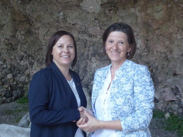 Gabriele Wagner (li) übergibt die Lions-Präsidentschaft an Karin Schmidlehner (re)