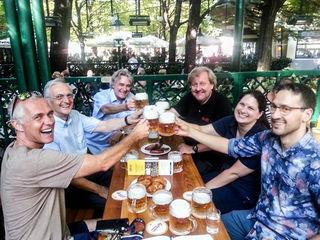 Nach dem Biertest: Alexander Ruthner, Karl Jan Kolarik, Marco Iglitsch, Martin Herles, Regina und Karl Hans Kolarik (v.l.).