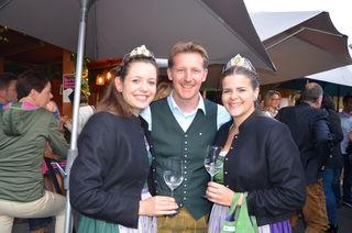 Freuen sich auf die 49. Steirische Weinwoche: Organisator Martin Palz mit den Weinhoheiten Maria und Katja.