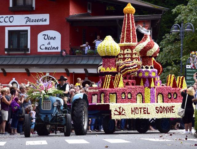 Rund 30 üppig geschmückte Wägen rollten beim Blumencorso durch Kirchberg.