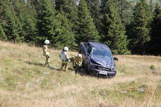Am Donnerstag Nachmittag stürzten zwei Gemeindearbeiter mit ihrem Fahrzeug ca. 25 Meter über einen Abhang und wurden dabei leicht verletzt