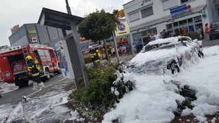 Die Feuerwehr beim Autobrand mitten im Einkaufszentrum. Foto: FF Hetzendorf