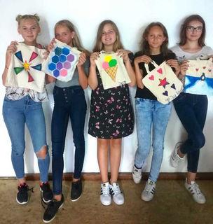 Stefanie Schrempf, Lea Lechtaler, Carina Unterrainer, Julia Bellinger und Leonore Mammet (v. li.) ließen beim Bedrucken der Stofftaschen ihrer Kreativität freien Lauf.