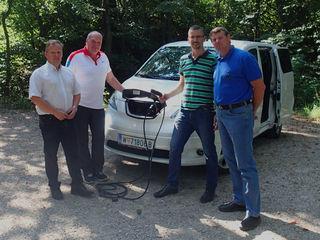 Umweltgemeinderat Leopold Spitzbart, Straßenmeister Dietmar Schuster, Vizebürgermeister und e5 Teamleiter Roland Honeder und Abfallberater Thomas Pöll sind mit den getesteten E-Autos sehr zufrieden.