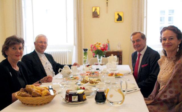Helga Rabl-Stadler, Erzbischof Franz Lackner und Rudi und Andrea Roth (v. l.) frühstückten gemeinsam.