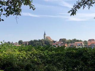 Die Marktgemeinde Preding ist mit ihrer Pfarrkirche weithin sichtbar.