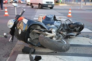 Der Lenker des Motorrads wurde schwerverletzt ins Krankenhaus gebracht.