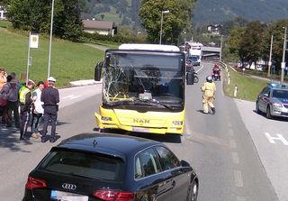 Beim Bahnhof Kitzbühel-Schwarzsee kam es zu einer Kollision eines Pkw und eines Linienbusses.