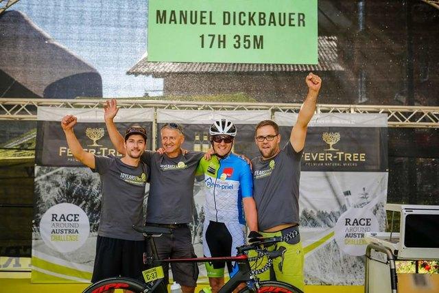 Vizestaatsmeister im Ultraradsport: Manuel Dickbauer (3.v.li.) jubelt über den größten Erfolg seiner Karriere.