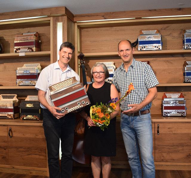Johannes Petz (li.) und Heinrich Schedler (re.) mit der glücklichen Gewinnerin Renate.