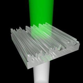 Licht trifft von unten auf die 3D-gedruckten Nanostrukturen. Verlässt es die Strukturen wieder, sieht der Betrachter nur noch grünes Licht - die restlichen Farben werden abgelenkt.