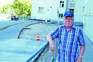 Anrainer Wilhelm Bachner ärgert sich darüber, dass in Zukunft noch weniger Parkplätze zur Verfügung stehen.
