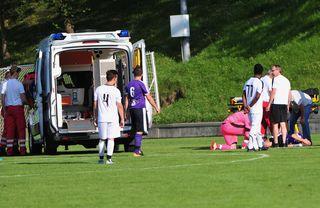 Bedauerlicher Vorfall in der 43. Minute: Die Rettungssanitäter musste den schwerverletzten Spieler am Spielfeld behandeln.