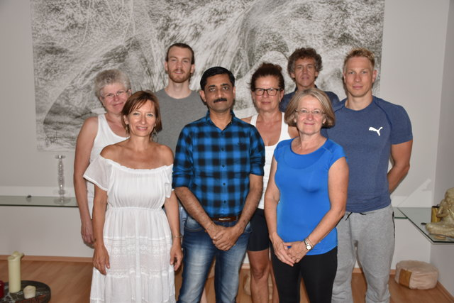 Namen der Yogaschüler: Dr. Andrea Pilz, Dr. Theresia Lichtenauer, Magarete Weigl, Mag. Christoph Angster, Matthais Haushofer und Mag. Martin Gansterer mit Gabriela Karall und Dr. Dr. Ajit Mandlecha.
