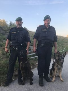 """Die beiden Polizisten mit ihren Polizeidiensthunde """"Smokie"""" und """"Lina"""" wurden zu Lebensrettern."""