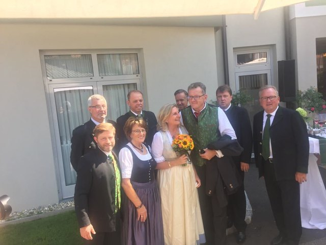 Das Brautpaar gemeinsam mit einer Gamlitzer Delegation.