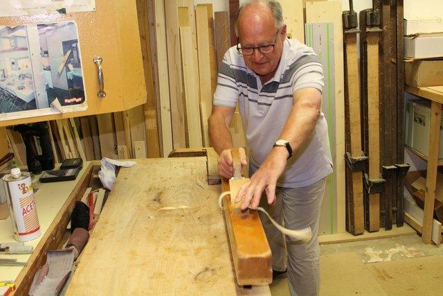 Heinz Rath gibt seine Begeisterung an der Arbeit mit Holz gerne an Kinder weiter.