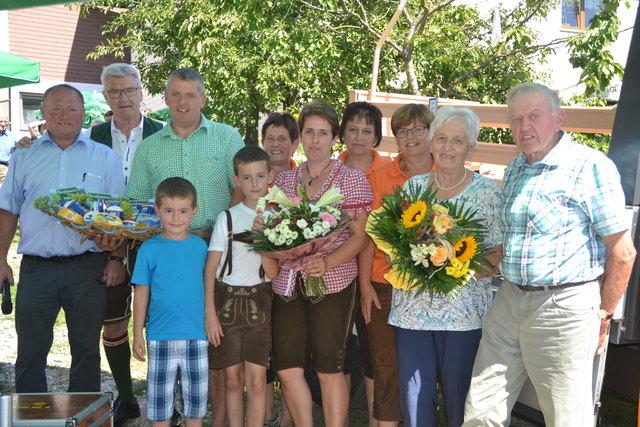 Pflegebettübergabe an Bgm. Dr. Kaiserseder mit Bauernbundobmann Adelsgruber, dem Bäuerinnenteam und Familie Pöcherstorfer (Veranstaltungshof)