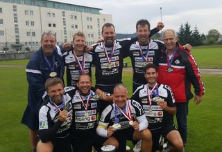 Das erfolgreiche Team jubelt über den Weltmeistertitel und Staatsmeistertitel Ü35.