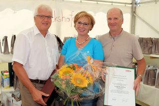 Gerhard Streit und Werner Jost gratulierten Kunigunde Schilling zu ihrem Firmenjubiläum.