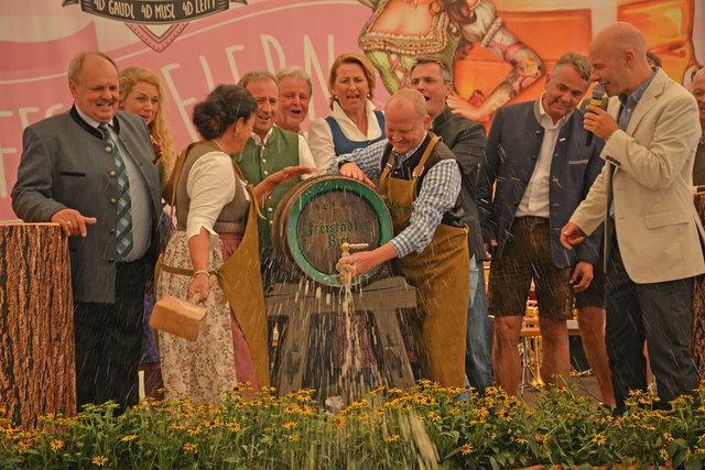 Die feierliche Eröffnung der Mühlviertler Wiesn lockte zahlreiche Ehrengäste auf die Bühne.