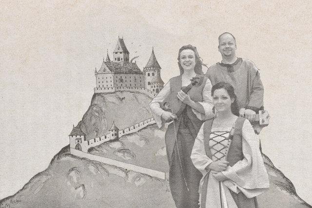 Cuncti Simus entführen in die Welt der Musik des frühen Mittelalters: mit Svea und Roland Bentz. Im Hintergrund eine mögliche Rekonstruktion der Staatzer Burg.