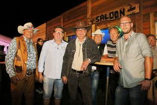 Western-Feeling in Tieschen: Die Veranstalter und waschechte Cowboys trafen sich im Saloon.
