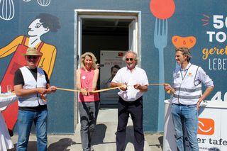 Geschäftsführerin Alexandra Gruber und Herbert Herdlicka, Obmann der Wiener Tafel (Mitte), bei der Eröffnung vor einem Jahr.