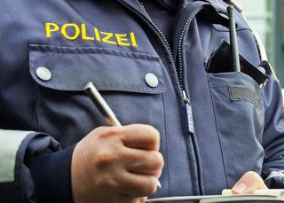 Die Polizei nahm den jungen Mann fest.