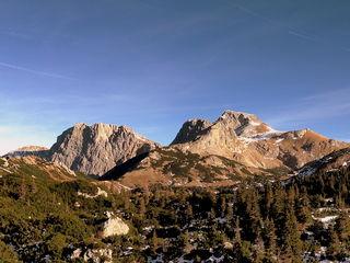 Das Bergpanorama der Sonnschienalm kurz nach einem herbstlichen Schlechtwettereinbruch, ein paar Schneereste sind noch übrig.