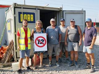 Landesrätin Ulrike Königsberger-Ludwig (2.v.l.) und Bau-Holz Regionalsekretär Daniel Lachmayr ganz links) mit Arbeitern der Firma Porr in Amstetten.