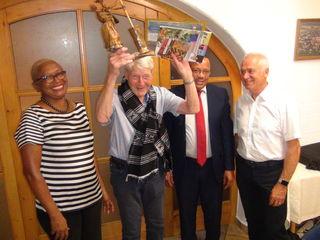 Reich beschenkt wurde Hans Stoisser von Bgm. Präsident Carlos G. Silva und Präsidentenkabinettsleiterin Laura Soares e Silva als Begründer der Städtefreundschaft Pedra Badejo - Leibnitz. Mit ihm freut sich Bgm. Helmut Leitenberger.