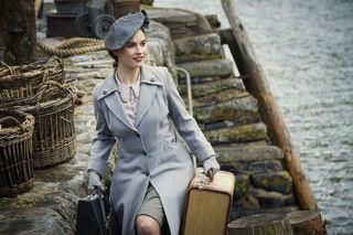 Juliet (Lily James) bei ihrer Ankunft auf Guernsey.