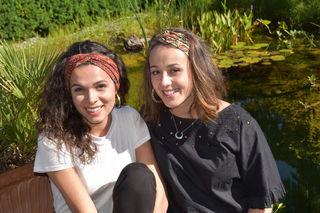 Flora Schober (li.) und Katharina Röttl teilen ihre Vorliebe für Haarbänder. Daraus haben sie eine Geschäftsidee gemacht