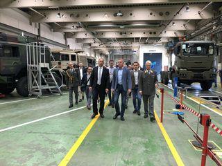 Verteidigungsminister Mario Kunasek, Johann Gudenus und Maximilian Krauss (FPÖ) waren zu Besuch bei Rheinmetall MAN in Liesing und ließen sich durch das Werk führen.