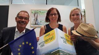 LEADER-Fördermittel machen die EU im Weinviertel sichtbar. Obmann Kurt Jantschitsch, Geschäftsführerin Christine Filipp und Projektmitarbeiterin Christina Gottwald zeigen den Mehrwert der EU auf.