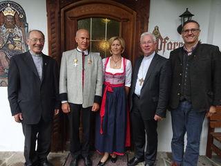 Pfarrer Franz Bachmaier, Josef Bletzacher, Ehefrau Juliana Bletzacher, Erzbischof Franz Lackner, Bürgermeister Markus Bischofer (v.l.n.r.).