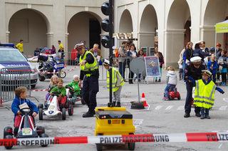 Bei der Polizeistation dürfen die kleinen aktiv am Verkehr teilnehmen, oder ihn regeln.