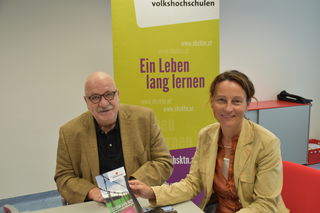 Vortragender und Historiker Josef Villa mit der Organisatorin der Verantaltungsreihe Isabella Penz von der VHS