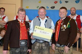 Die Schwoicher Schützen übergaben Vize-Bürgermeister Peter Payr einen Scheck über 1.000 Euro.