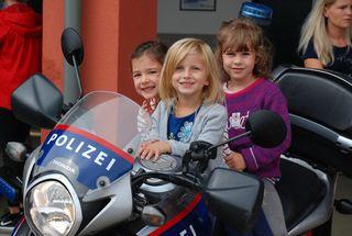 Kinder beim Sicherheitstag am Polizei-Motorrad