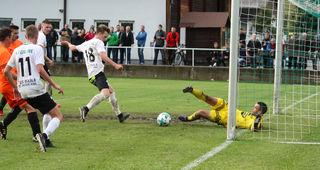 Ausgleich für St. Peter a. K. Franz-Josef Hansmann (Nr. 18) schießt den abspringenden Ball von Torhüter Lindschinger zum 1:1 ins Netz.