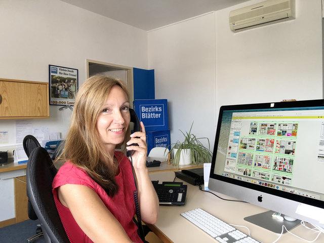 Unsere Kreativassistentin am Arbeitsplatz. Ihr Aufgabengebiet umfasst das Layouten, die Produktion unserer Medien und obendrein administrative Tätigkeiten im Backoffice wie Telefonate mit Kunden und Lesern.