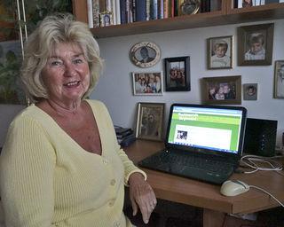 Christa Wiedrich, Leiterin der Theatergruppe, zeigt stolz die Homepage des Vereins.