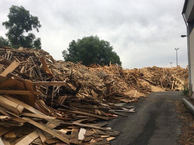Das Altholz wird in der Folge geshreddert, in Kesselanlagen verbrannt und so in Wärmeenergie umgewandelt.