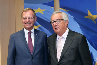 """Jean-Claude Juncker, Präsident der Europäischen Kommission (r.), sprach mit Stelzer über aktuelle Themen. Der Kontakt zu den Regionalvertretern sei """"gewinnbringend und erkenntnisbereichernd"""", so Juncker – insbesondere in Oberösterreich sei er """"verliebt""""."""